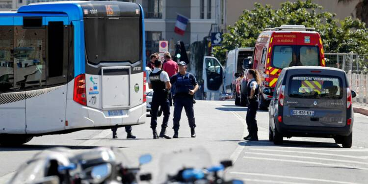 Un véhicule fonce sur deux arrêts de bus à Marseille, un mort
