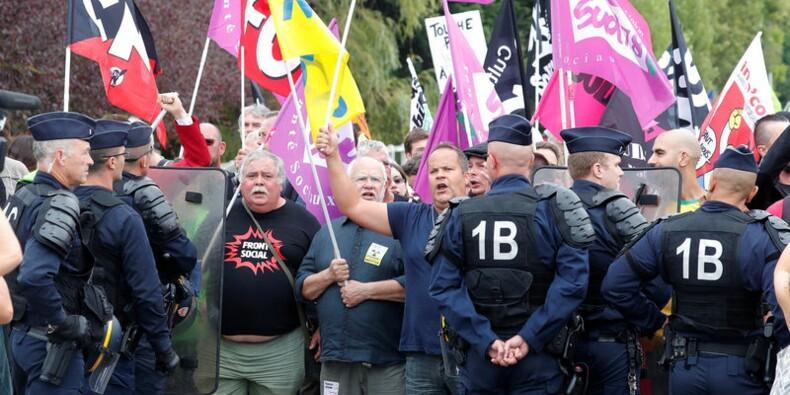 Des manifestants à l'université d'été du Medef