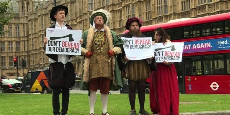 Londres: des manifestants en Tudors devant le Parlement