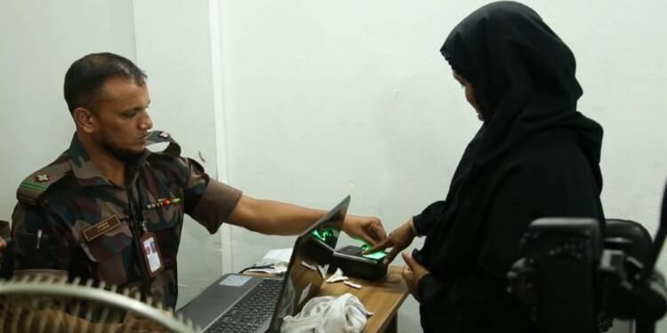 Les réfugiés rohingyas s'enregistrent près du gouvernement local