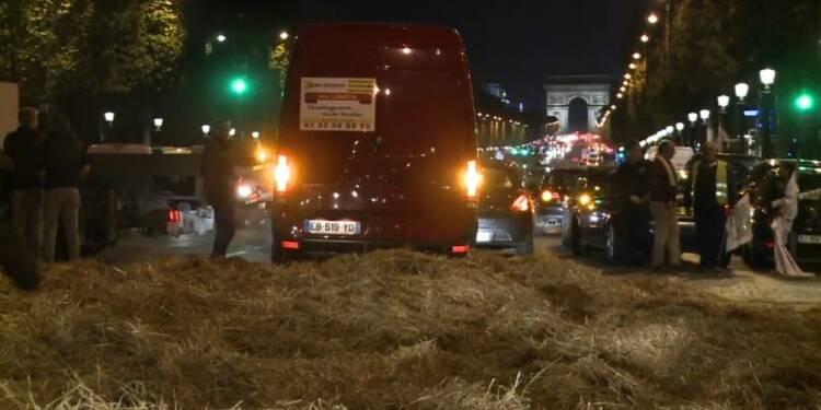 Un groupe d'agriculteurs bloque une partie des Champs-Elysées