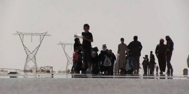 A pied dans le désert, des Syriens fuient le groupe EI