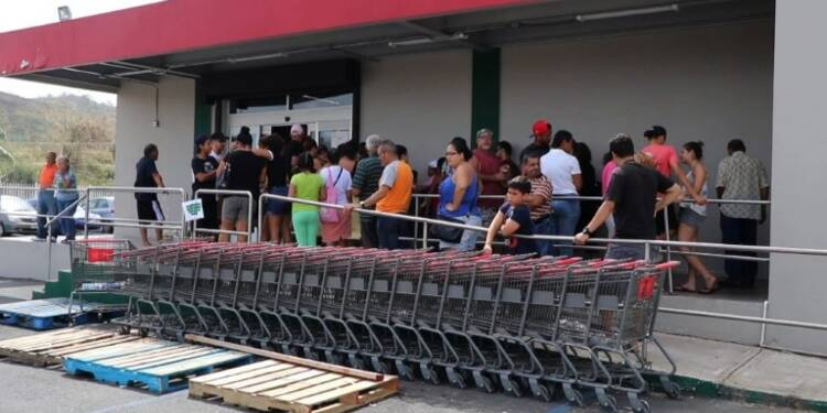 Porto Rico: files d'attente devant les supermarchés