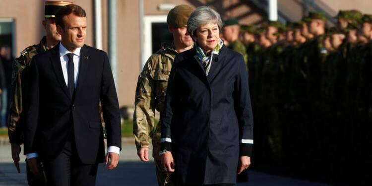 """A Tapa, Macron salue l'engagement des soldats français face à """"la menace"""""""
