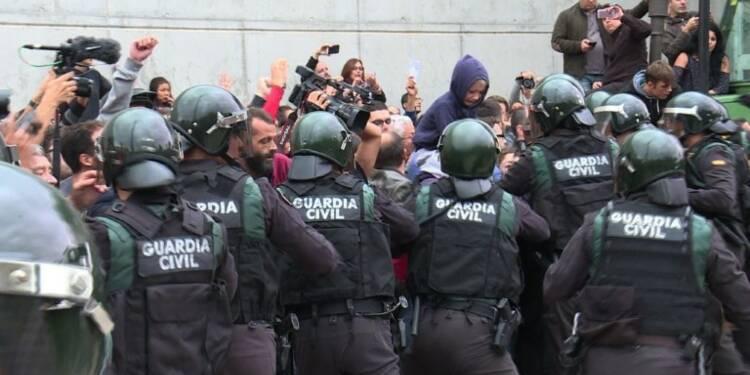 Référendum catalan: la police bloque les bureaux de vote