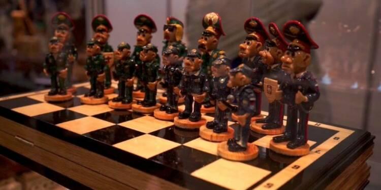 Moscou: exposition d'objets artisanaux faits par des prisonniers