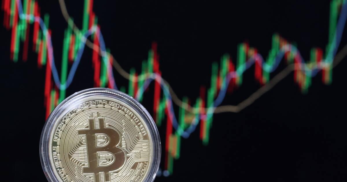 La banque américaine JP Morgan pourrait proposer dès le mois prochain des contrats à terme en bitcoins. Une décision étonnante, surtout après les propos virulents tenus par son patron., Alors que le patron