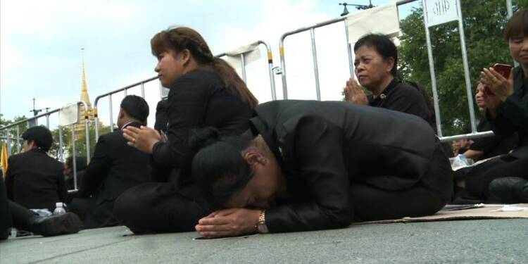 Les Thaïlandais, agenouillés et en pleurs, disent adieu au roi