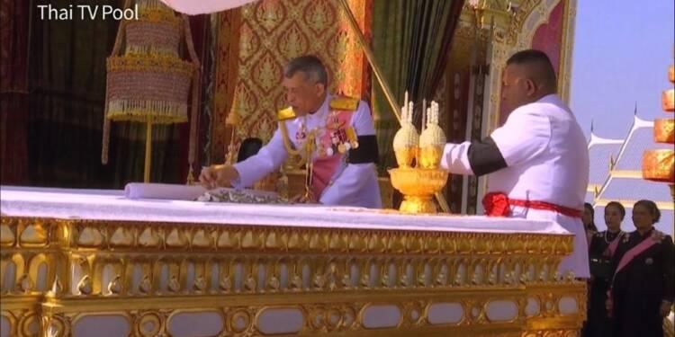 Thaïlande: les ossements du roi placés dans des urnes funéraires