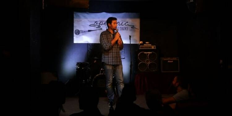 La Grèce découvre le stand-up, un genre adapté à la crise