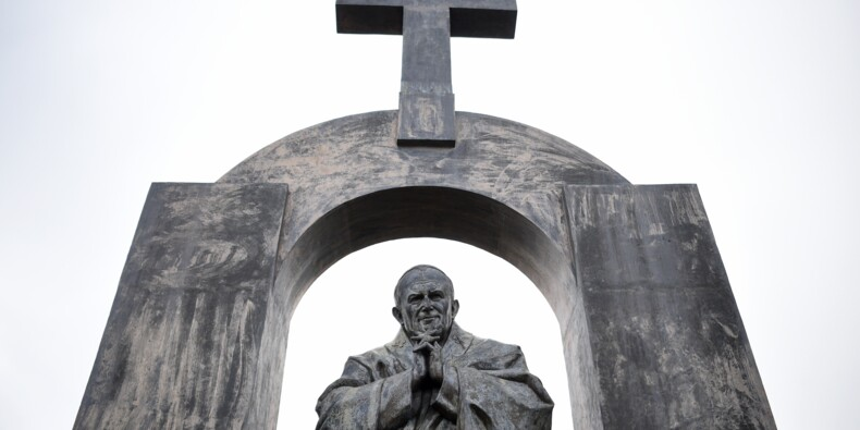Fallait-il démonter la croix de la statue de Jean-Paul II à Ploërmel ?