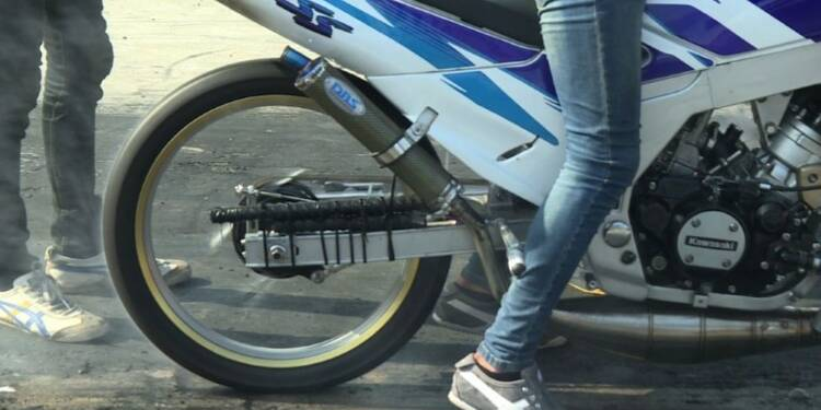 Courses de vitesse à moto près de Bangkok