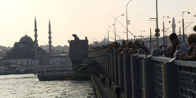 Les pêcheurs amateurs perpétuent une tradition d'Istanbul