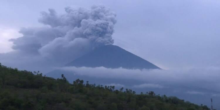 Malgré la menace du volcan à Bali, l'aéroport rouvre