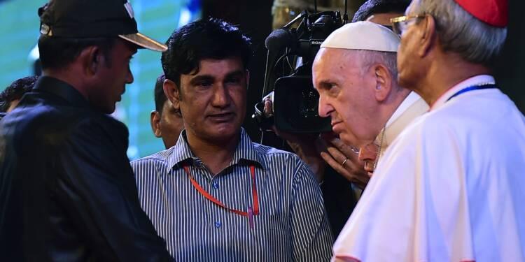 """Le pape François dit avoir """"pleuré"""" en rencontrant les Rohingyas"""