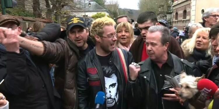 Mort de Johnny: des fans chantent devant son domicile