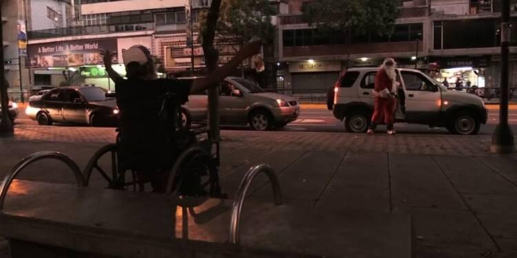 Venezuela : Un Père Noël rend visite à des sans-abris