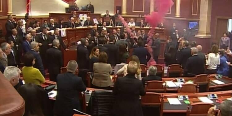 Albanie: l'opposition jette des fumigènes au Parlement
