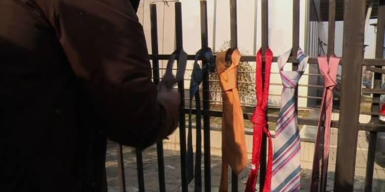 Des Kosovars abandonnent leurs cravates pour protester