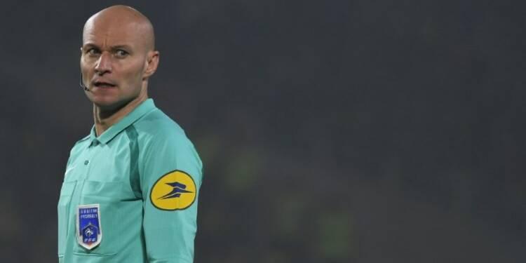 L1 - Nantes-PSG: l'arbitre tacle un joueur puis l'exclut