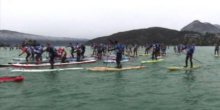 Course de paddle sur l'eau à 5 degrés du Lac d'Annecy