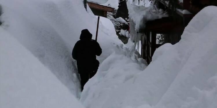 Le village du Tour en Haute-Savoie isolé par la neige