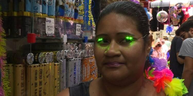 Brésil : la ruée sur les déguisements avant le carnaval