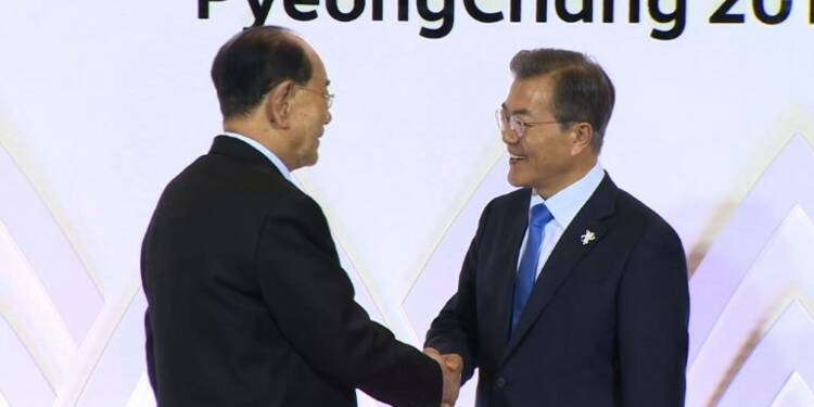 Les chefs d'Etat des deux Corées échangent une poignée de main