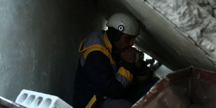 Syrie:sous les décombres, les secouristes retrouvent des proches