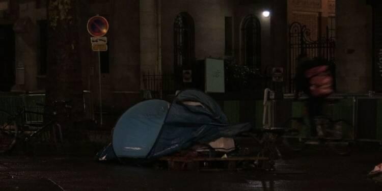 Des Parisiens comptent les sans-abri dans la capitale