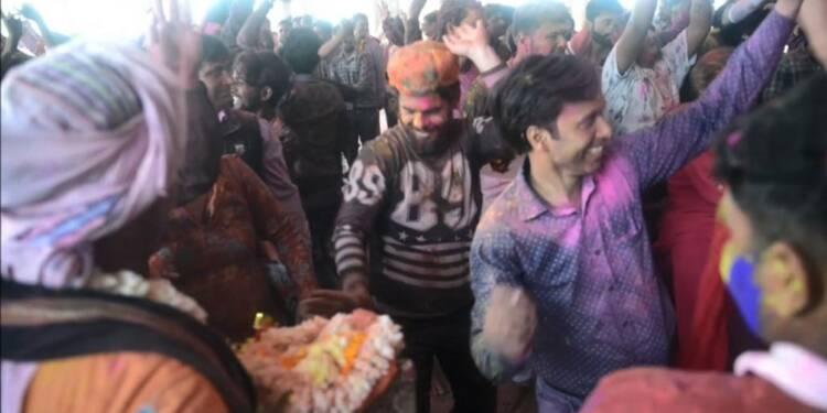 Inde: des villageois commencent à célébrer le festival de Holi