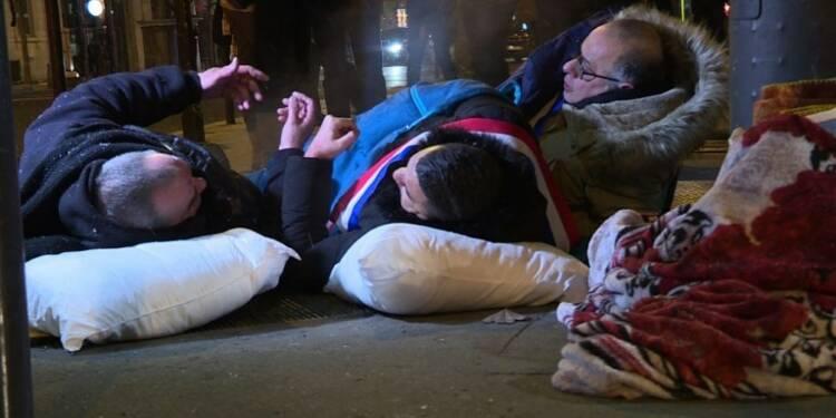 Paris: des élus dorment dehors pour alerter sur le sort des SDF