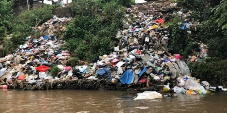 Indonésie: le défi de nettoyer le fleuve le plus pollué au monde