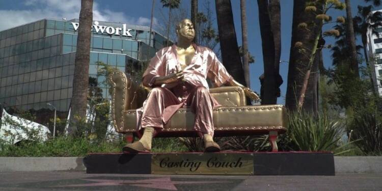 Une statue de Weinstein en peignoir sur Hollywood Bd