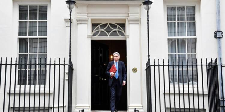 La croissance britannique va rester faible, Hammond veut faire mieux