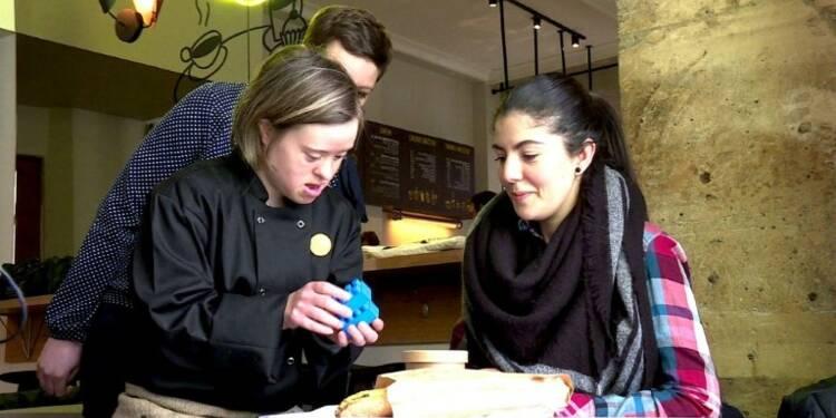 """Paris: chez """"Joyeux"""", le café est servi par des handicapés"""