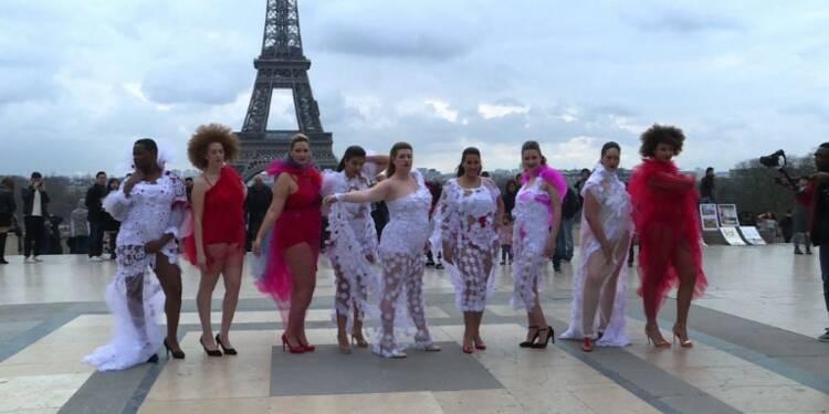 Défilé de mannequins grande taille devant la Tour Eiffel