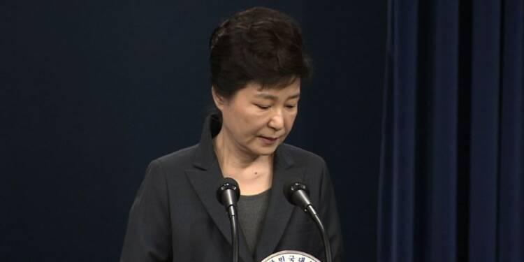 Des partisans de Park Geun-hye pleurent sa condamnation