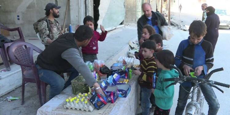 Ghouta: les habitants retrouvent friandises et biscuits