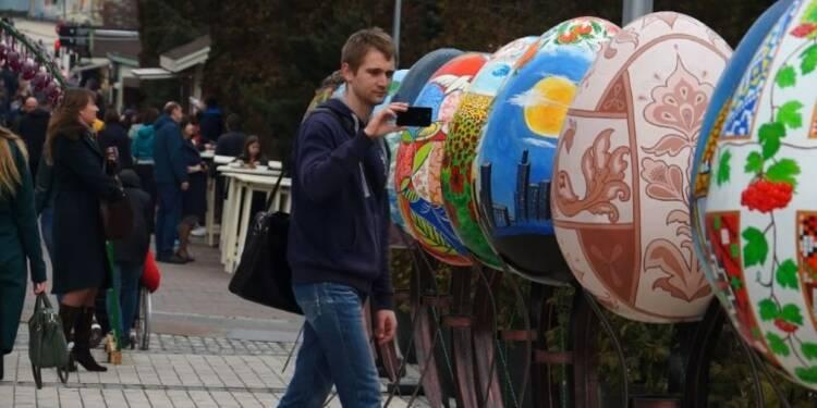 Lapins et œufs géants colorés dans les rues de Kiev pour Pâques