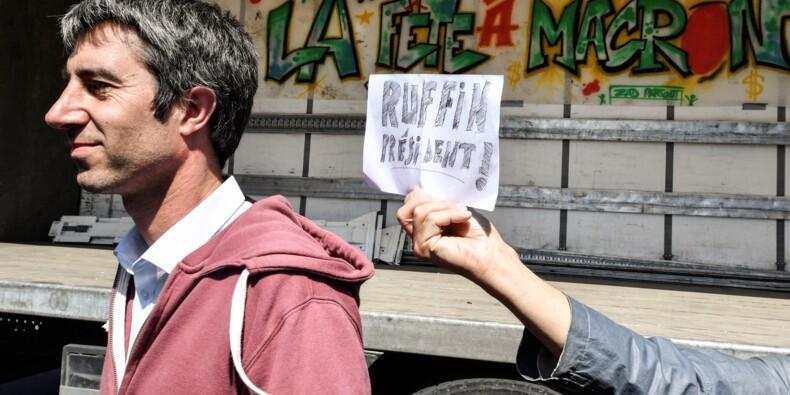 """Des milliers de manifestants à Paris et dans d'autres villes pour """"la fête à Macron"""""""