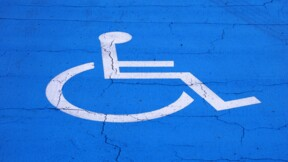 Pourquoi Emmanuel Macron veut restreindre l'accès des handicapés au logement