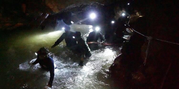 """Thaïlande: les jeunes footballeurs piégés dans une grotte retrouvés """"sains et saufs"""""""