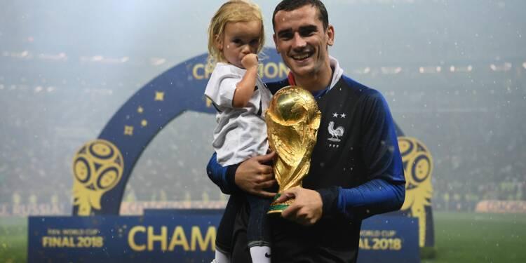 L'attaquant de l'équipe de France Antoine Griezmann pose avec sa fille le 15 juillet après la finale de la Coupe du monde de football.