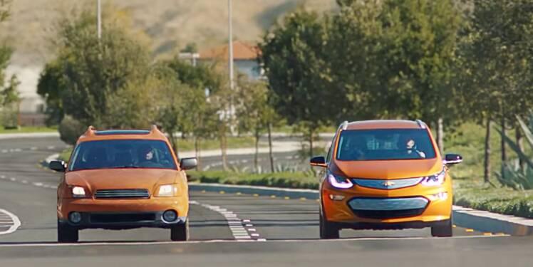 A droite, une Chevrolet Bolt, modèle 100% électrique