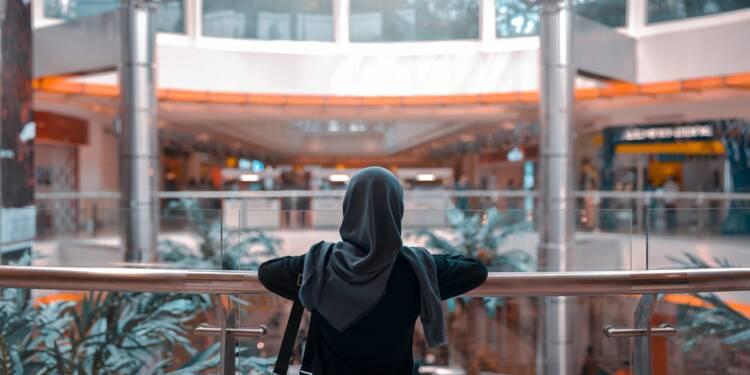 Suède : la femme musulmane qui avait refusé de serrer la main de son recruteur va être indemnisée