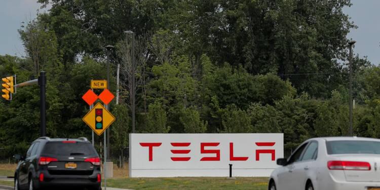 Le constructeur automobile Tesla restera coté en Bourse