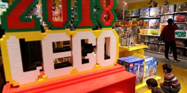 Lego porté par les dinosaures et les reproductions de voitures