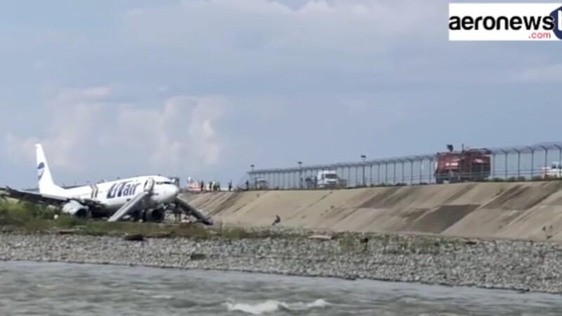 Un Boeing 737 fait une impressionnante sortie de piste à l'atterrissage