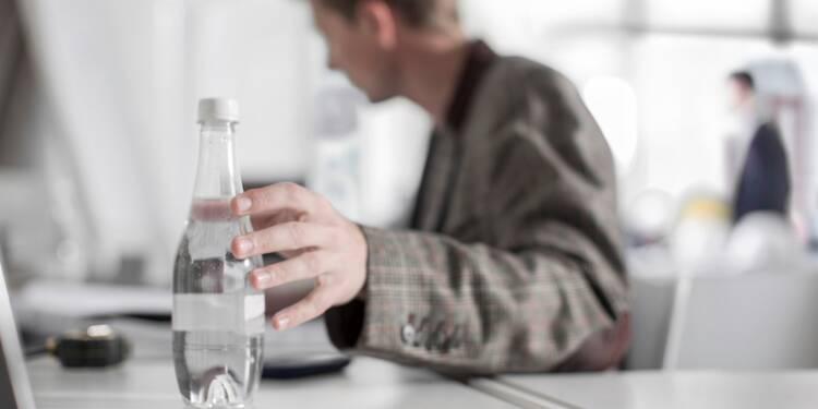 Au bureau, musclez-vous avec des bouteilles d'eau